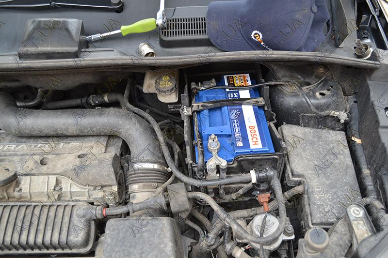 Установка аккумулятора на Ford Kuga 2.5 бензин - крупный план аккумулятора